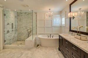 wielka łazienka w domu