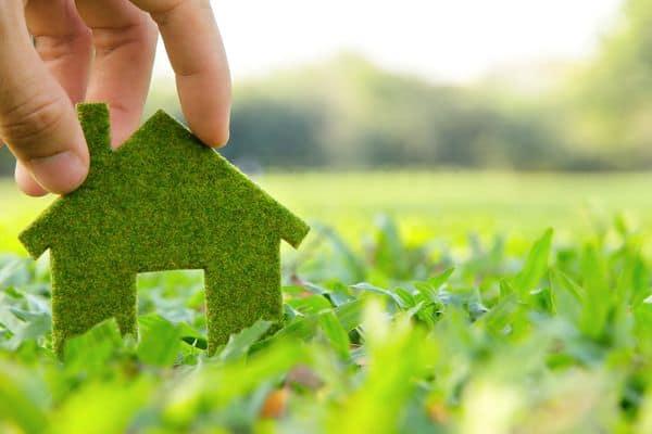 znaczek domu na trawie